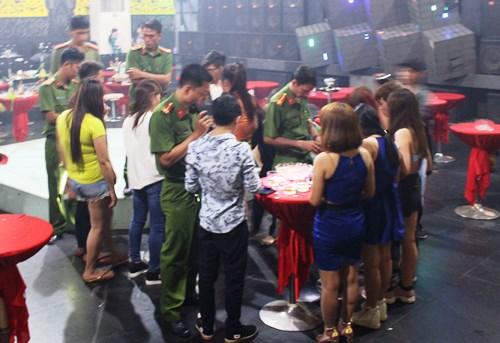 Hơn trăm Cảnh sát đột kích quán bar trong đêm giao thừa