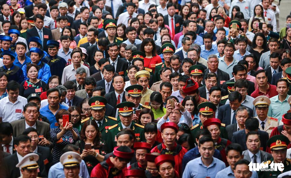 Thủ tướng cùng hàng vạn người dân dâng hương giỗ Tổ tại đền Hùng